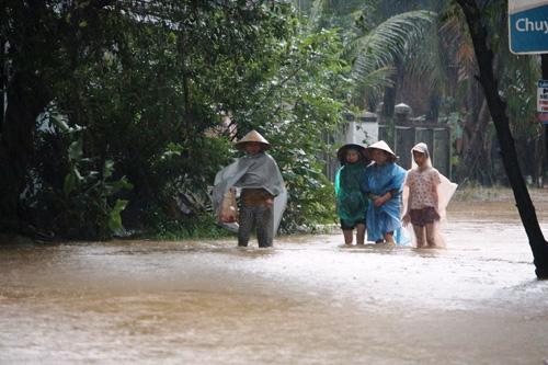Bình Định chìm trong lũ, hàng ngàn hộ dân bị cô lập - 3