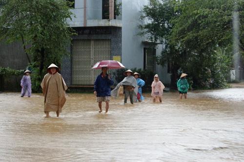 Bình Định chìm trong lũ, hàng ngàn hộ dân bị cô lập - 9
