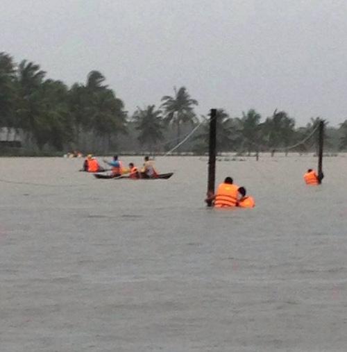 Bình Định chìm trong lũ, hàng ngàn hộ dân bị cô lập - 10