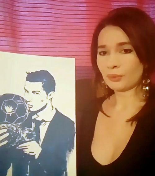 """QBV Ronaldo: Nữ nghệ sỹ tặng quà độc từ """"gò bồng đảo"""""""
