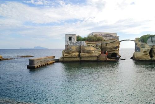 Bí ẩn hòn đảo tuyệt đẹp bị nguyền rủa ngoài khơi nước ý - 4