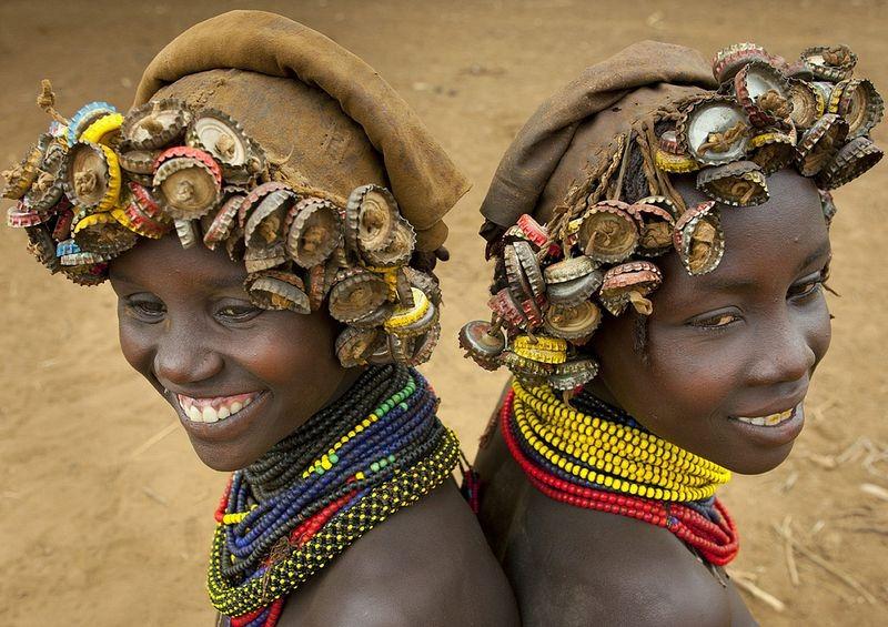 """Kì dị kiểu trang sức """"đội rác lên đầu"""" của người Ethiopia - 2"""