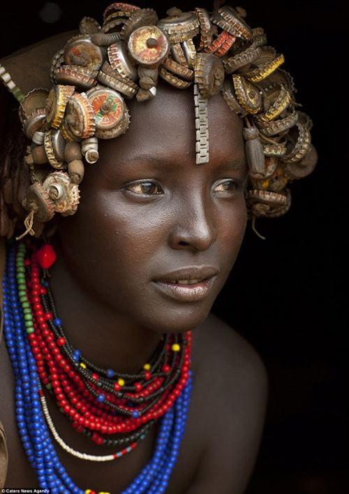 """Kì dị kiểu trang sức """"đội rác lên đầu"""" của người Ethiopia - 3"""