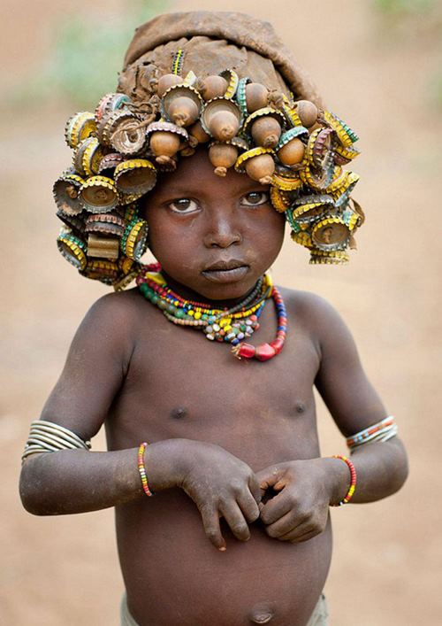"""Kì dị kiểu trang sức """"đội rác lên đầu"""" của người Ethiopia - 1"""