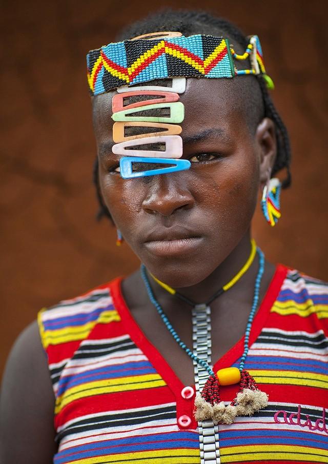 """Kì dị kiểu trang sức """"đội rác lên đầu"""" của người Ethiopia - 6"""