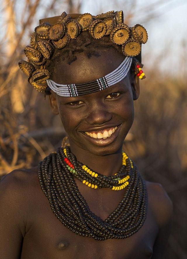 """Kì dị kiểu trang sức """"đội rác lên đầu"""" của người Ethiopia - 7"""