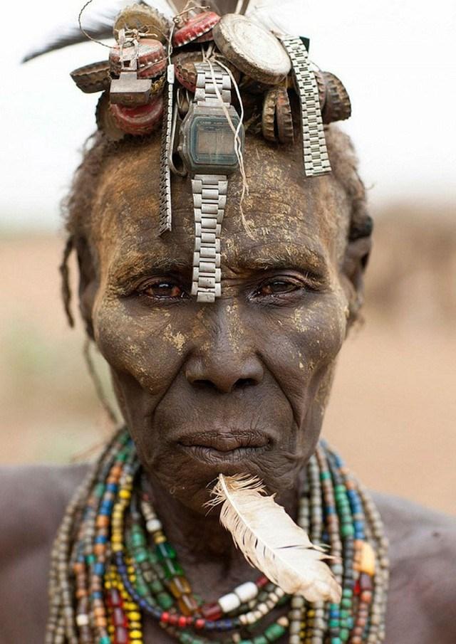 """Kì dị kiểu trang sức """"đội rác lên đầu"""" của người Ethiopia - 9"""