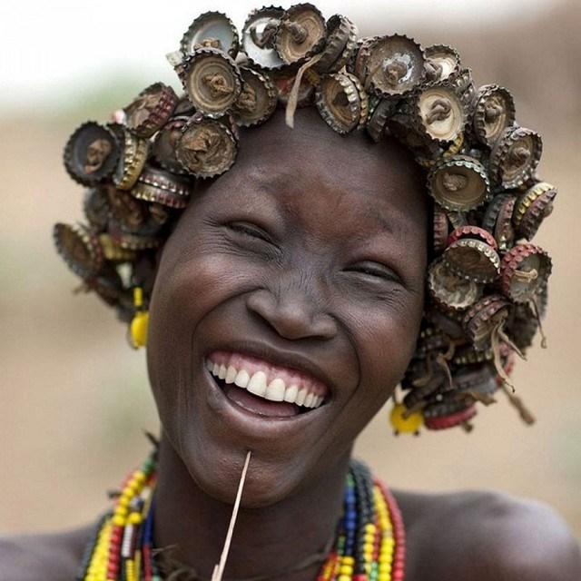"""Kì dị kiểu trang sức """"đội rác lên đầu"""" của người Ethiopia - 10"""