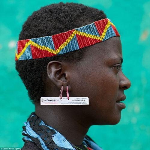 """Kì dị kiểu trang sức """"đội rác lên đầu"""" của người Ethiopia - 5"""