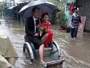 Tin tức trong ngày - Chuyện lạ: Rước dâu bằng xích lô trong lũ ở Huế