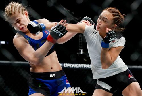 """UFC: Đả nữ xinh đẹp """"lột đồ"""" bị hạ sau 3 phút"""