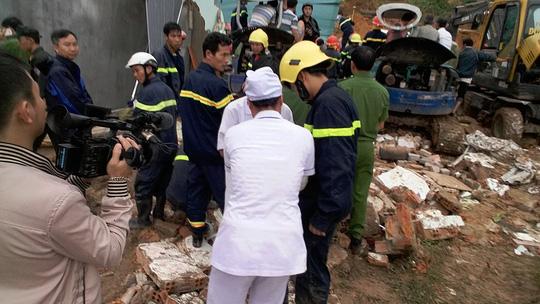 Sạt lở kinh hoàng ở Nha Trang, ít nhất 2 người chết - 6