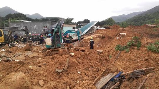Sạt lở kinh hoàng ở Nha Trang, ít nhất 2 người chết - 9