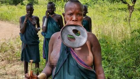 Kỳ khôi đĩa môi gia tăng sắc đẹp của người Surma