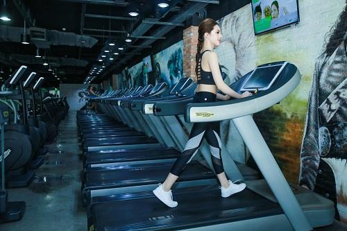 Mỹ nhân môi mọng Jolie Nguyễn nóng bỏng tập gym