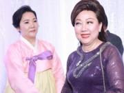 Phim - Vẻ mặt trái ngược của mẹ Trấn Thành và Hari trong lễ cưới