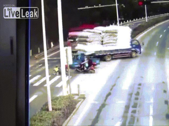 Người dân tri hô, cứu hai vợ chồng bị xe tải kéo lê gần 20m - 2