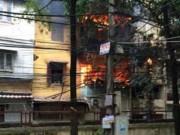 Tin tức trong ngày - Phá cửa cứu cụ ông cố thủ trong ngôi nhà đang cháy