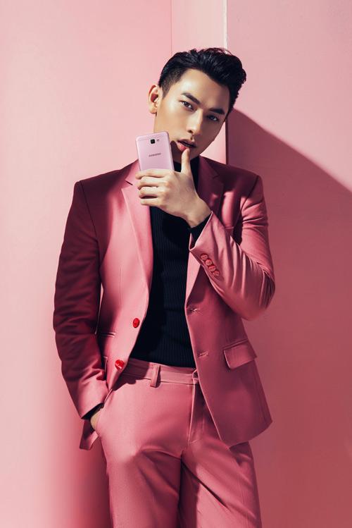 'Hoàng tử' Isaac lịch lãm và thu hút với gam hồng 'khó chiều' - 1