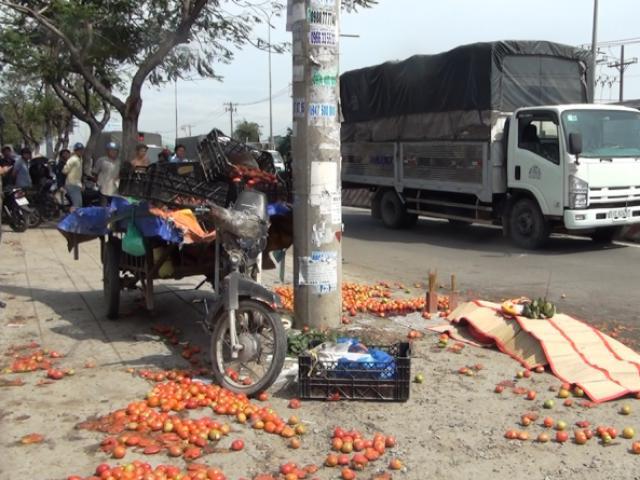 Xe lôi chở cà chua đâm vào cột điện, một người tử vong