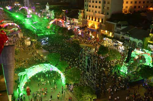 Ngàn người đổ về trung tâm Sài Gòn đón năm mới 2017