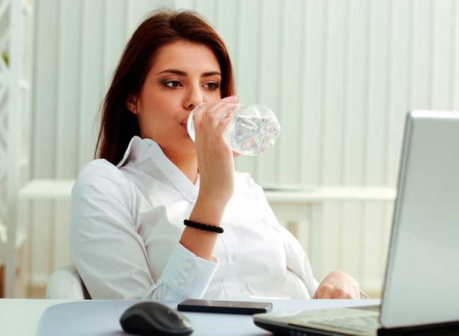 3. Uống nước cả khi không khát. 80% não bộ của chúng ta là nước, bởi vậy nếu không được cung cấp đủ nước sẽ khiến các tế bào thần kinh hoạt động kém. Hãy tạo lập thói quen uống 1 cốc nước ngay khi thức dậy và uống 8 cốc nước mỗi ngày.