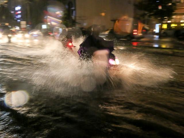 """Có """"quái vật"""" hút nước, đường phố SG vẫn thành """"sông"""" sau cơn mưa"""