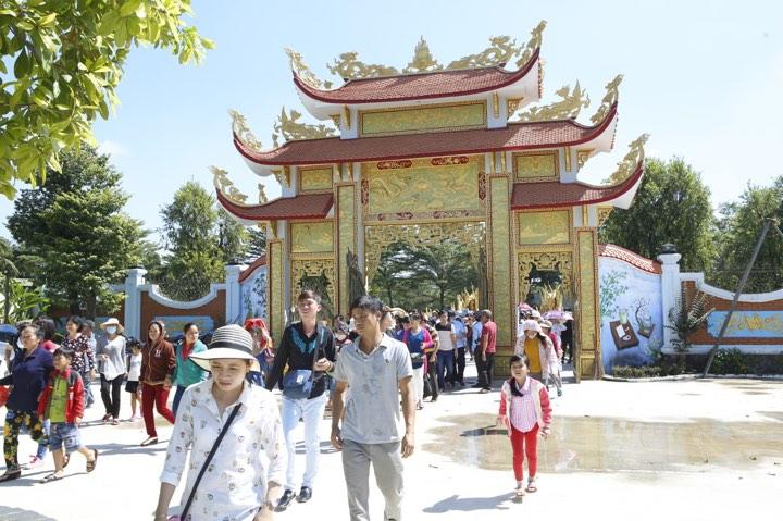 Hoài Linh cúng Tổ ở đền thờ 100 tỷ đồng - 8