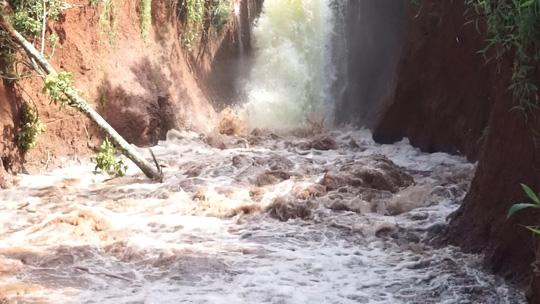 Vỡ kênh dẫn tràn hồ Gia Hoét, di dời hàng chục hộ dân - 2