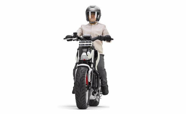 Có tên là Honda Riding Assist-3, mẫu xe này là một phương tiện chạy bằng năng lượng điện với trọng tâm trọng lực thấp và chiều cao yên ngồi khá thấp, nhưng năng lực đáng chú ý nhất chính là công nghệ tự cân bằng.
