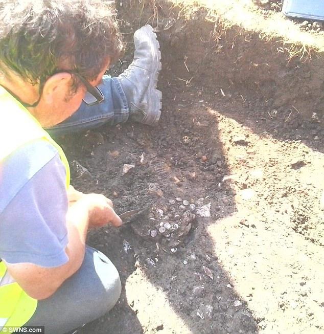 Anh: Tìm được kho báu 600 đồng xu cổ La Mã trên ruộng - 2
