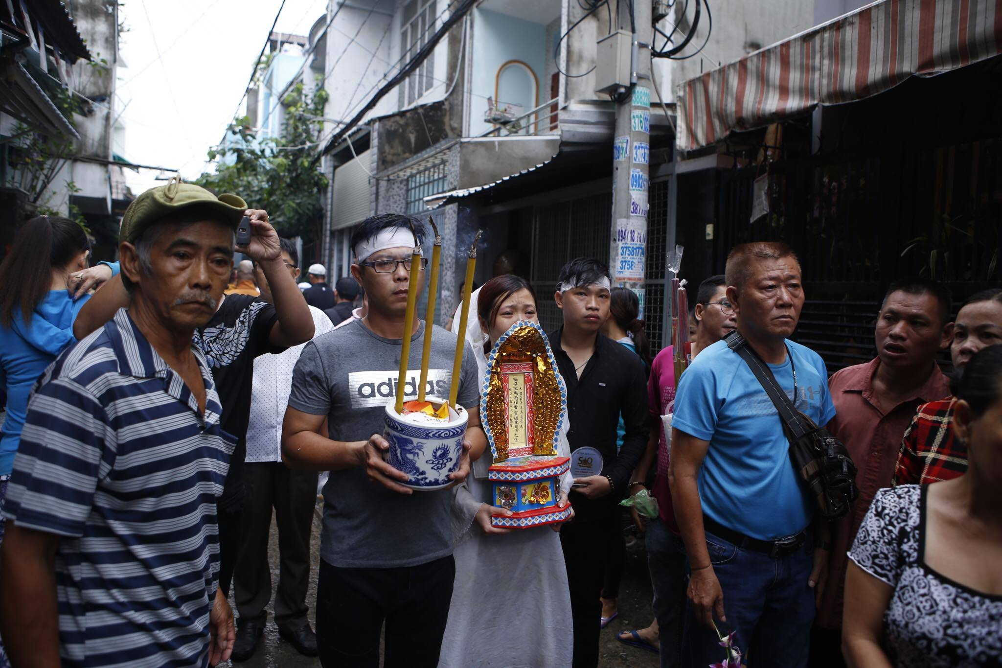 Con gái ruột Khánh Nam khóc ngất trong tang lễ của cha - 3