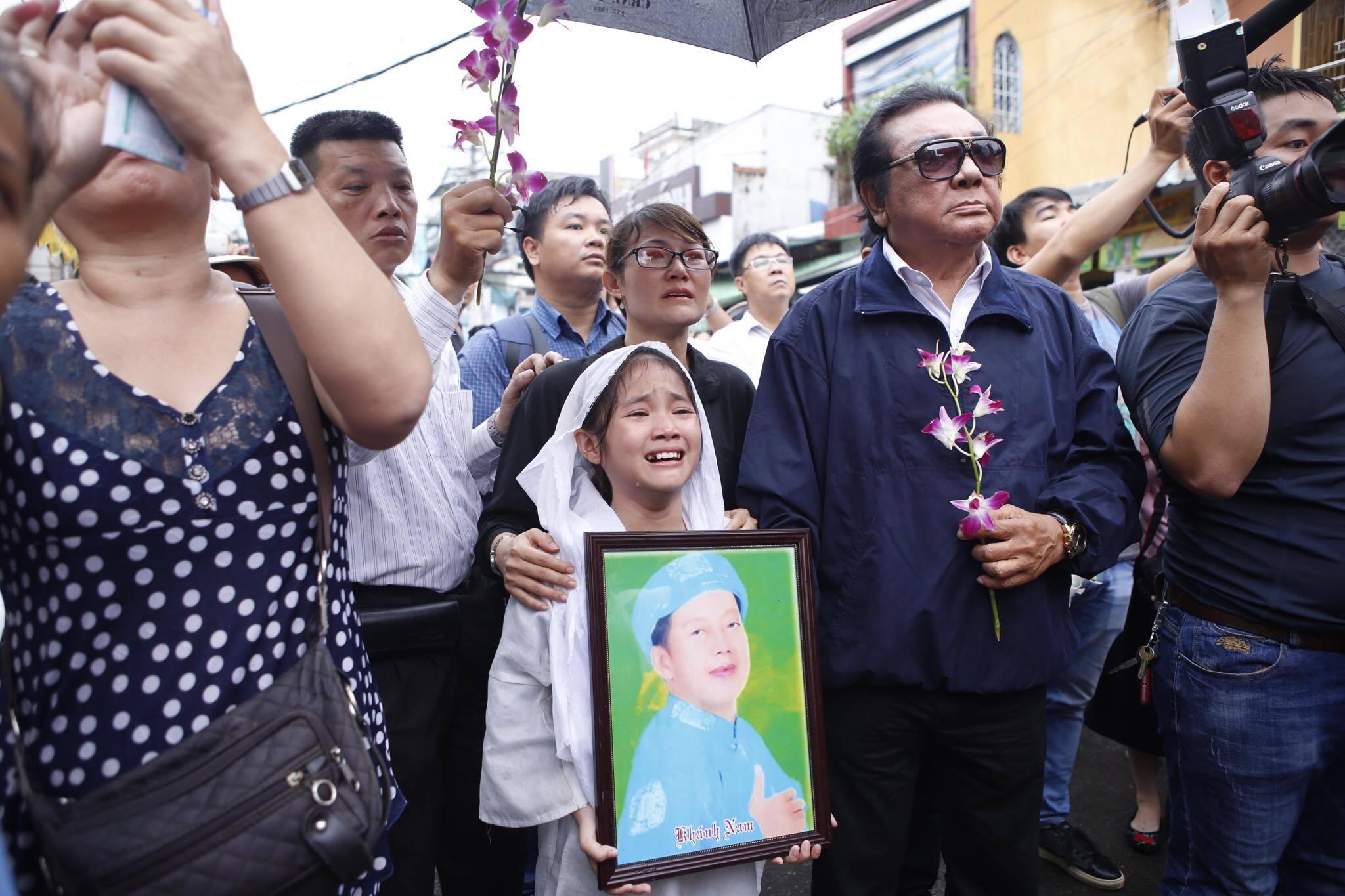 Con gái ruột Khánh Nam khóc ngất trong tang lễ của cha - 6