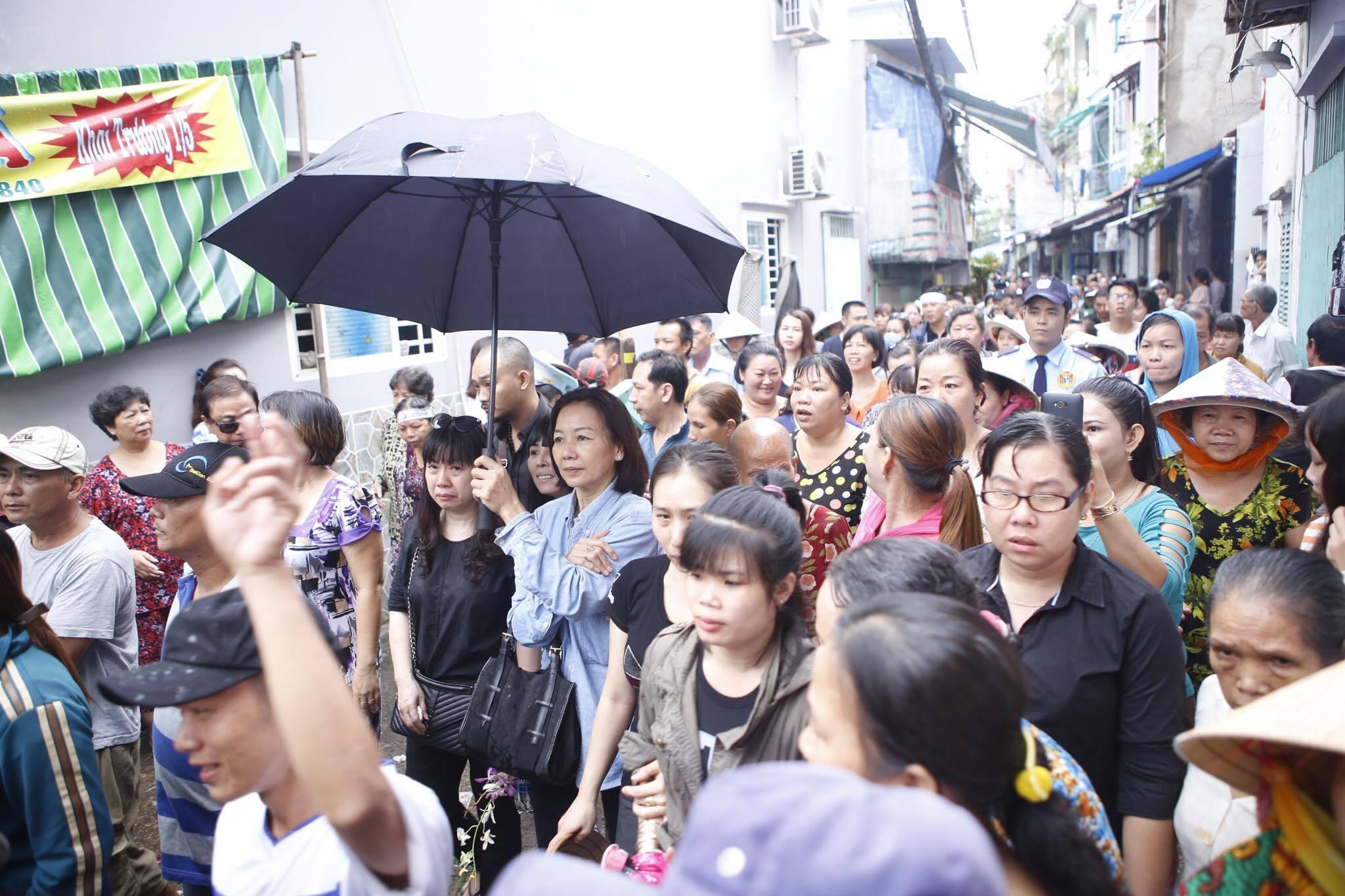 Con gái ruột Khánh Nam khóc ngất trong tang lễ của cha - 7