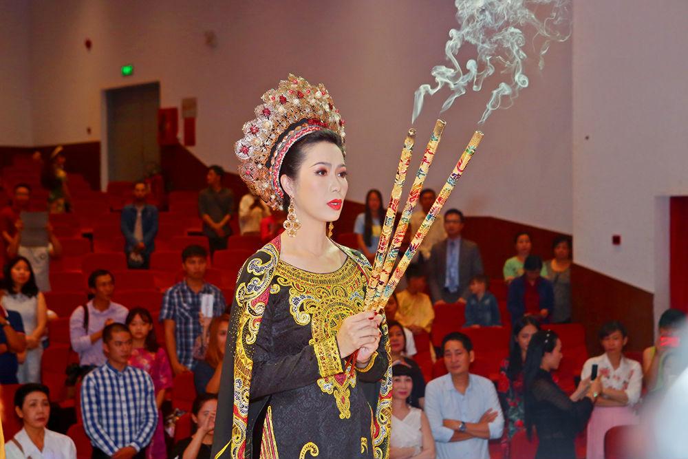 Hoa hậu Đỗ Mỹ Linh xin Tổ ban lộc ở cuộc thi Hoa hậu Thế giới - 2