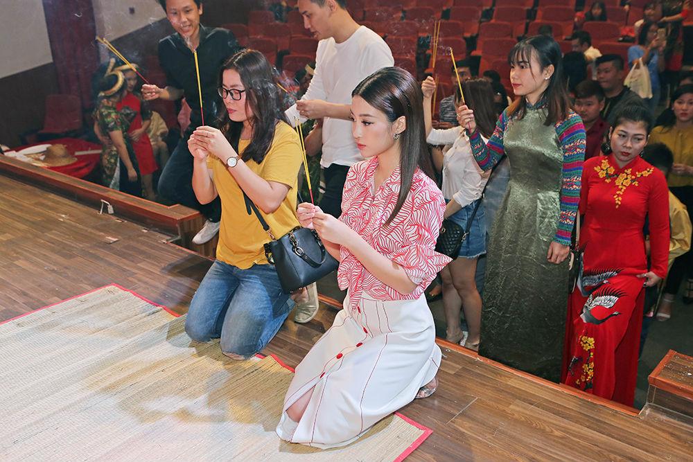 Hoa hậu Đỗ Mỹ Linh xin Tổ ban lộc ở cuộc thi Hoa hậu Thế giới - 5