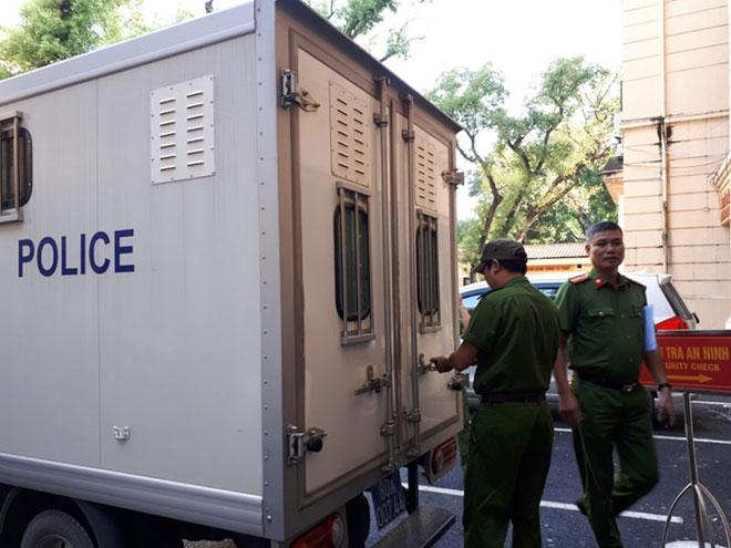 Cựu ĐBQH Châu Thị Thu Nga mặc áo phông tím, đi dép xỏ ngón đến tòa - 2