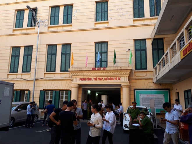 Cựu ĐBQH Châu Thị Thu Nga mặc áo phông tím, đi dép xỏ ngón đến tòa - 6