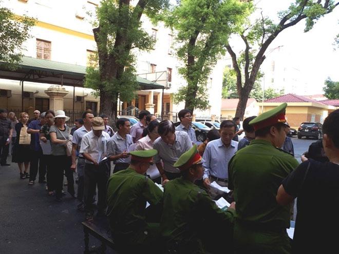 Cựu ĐBQH Châu Thị Thu Nga mặc áo phông tím, đi dép xỏ ngón đến tòa - 5