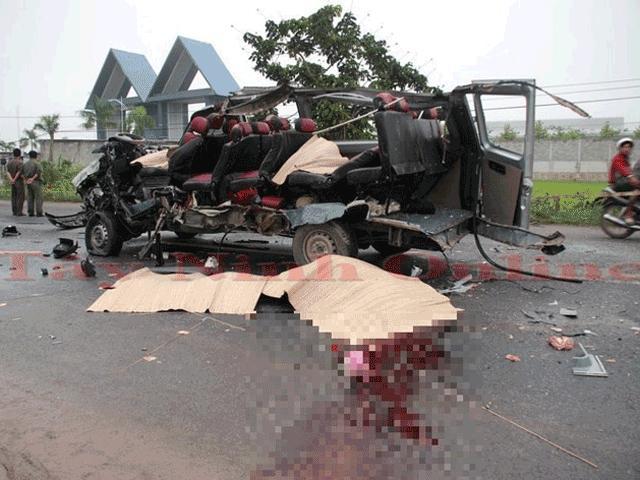 Xe máy nát tanh bành sau cú đối đầu với xe tải, 2 người tử vong - 2