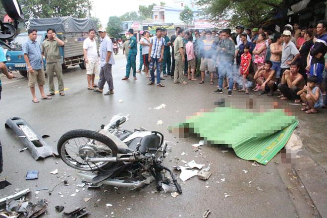 Xe máy nát tanh bành sau cú đối đầu với xe tải, 2 người tử vong - 1
