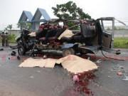 Tin tức trong ngày - Hai ô tô biến dạng sau đối đầu kinh hoàng, 6 người chết