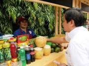 Ông Đoàn Ngọc Hải tặng  lộc  cho tiểu thương phố hàng rong thứ hai ở SG