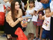 Hà Hồ giản dị tặng quà trung thu cho trẻ em nghèo