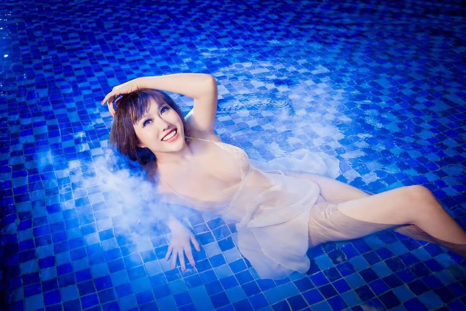 """""""Bấn loạn"""" vì Phi Thanh Vân khoe ngực đầy tạo dáng ướt sũng ở bể bơi - 10"""