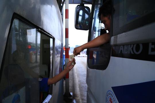 Tài xế đưa tiền lẻ, BOT tuyến tránh Biên Hòa không xả trạm - 1