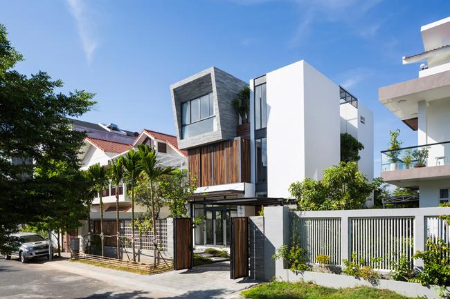 Ngôi nhà cũ của gia chủ tọa lạc tại trung tâm thành phố Nha Trang, có diện tích nhỏ lại nằm giữa khu dân cư đông đúc nên luôn mang tới cảm giác bí bách.