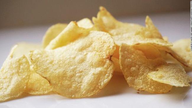 """48. Khoai tây chiên - Anh:  Không rõ khoai tây chiên được ra đời từ lúc nào, người Mỹ cho rằng nó đã được phát minh ở New York vào năm 1853, những công thức đầu tiên được biết đến là  """" Khoai tây xắt lát chiên giòn """"  xuất hiện trong cuốn sách bán chạy nhất năm 1817 tại Anh. Dù thế nào, đây vẫn là một món ăn hấp dẫn nhất đối với mọi đứa trẻ, thậm chí cả người lớn."""