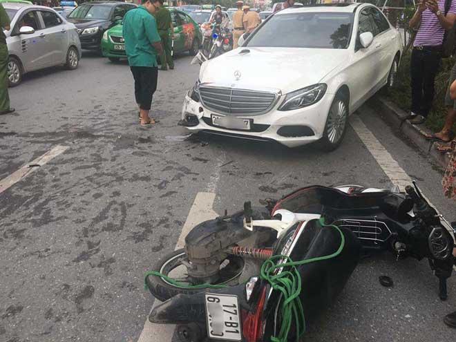 Xế hộp gây tai nạn liên hoàn, tài xế cố thủ trong xe - 2