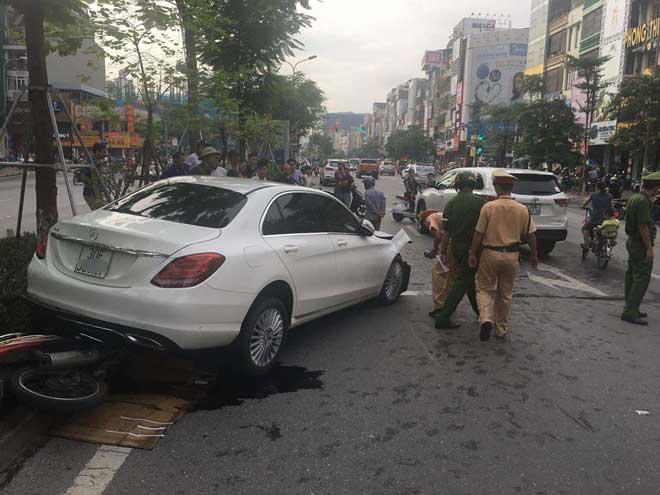 Xế hộp gây tai nạn liên hoàn, tài xế cố thủ trong xe - 1